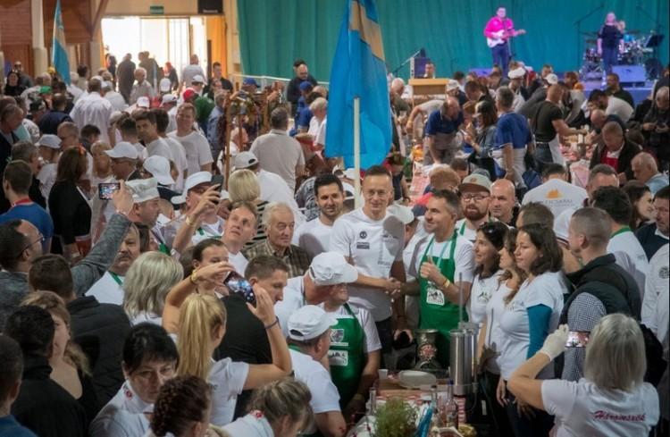 750 csapat tölti a kolbászt Békéscsabán