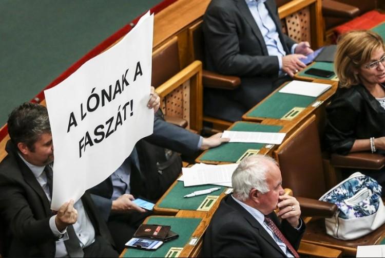 Lófaszozás a parlamentben. Egyre lejjebb csúszunk?