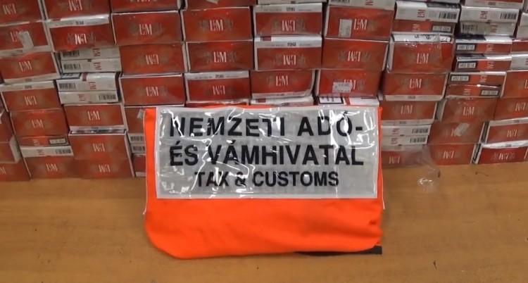 Így fér el feltűnés nélkül kétezer-négyszáz doboz cigi egy autóban