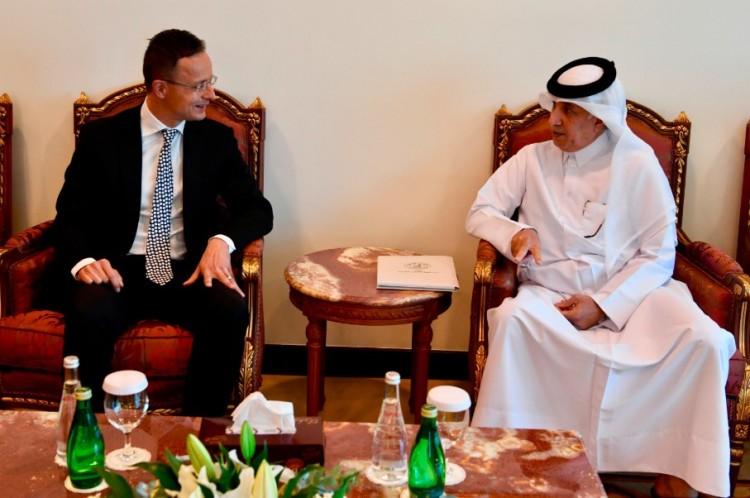 Szijjártó gázért ment Katarba, de el is adott ezt-azt