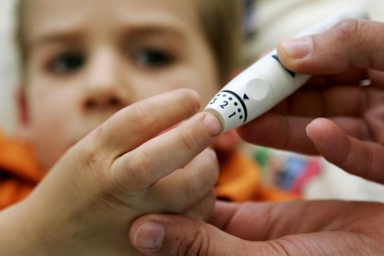 Intézkedéscsomaggal segítik a cukorbeteg gyerekeket