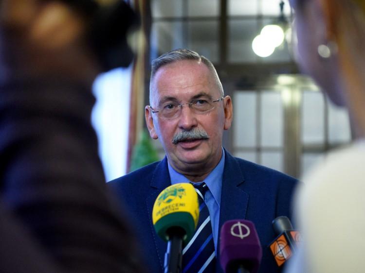 A debreceni vakcinaüzemről is kérdezték a rektort
