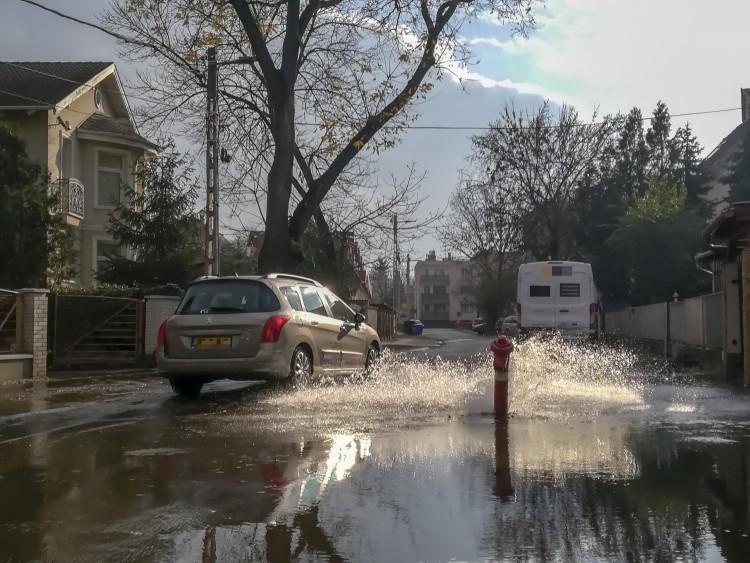 Gejzír Debrecenben – tűzcsapot tört egy autós