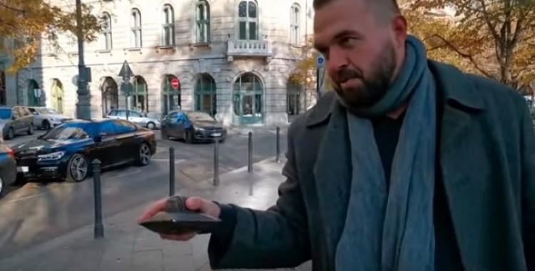 Fülöp Erik parlamenti képviselő baltával vert szét egy miniszobrot Budapesten + FRISSÍTVE