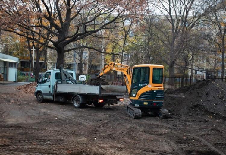Már zúgnak a gépek, épül az újabb futballpálya Debrecenben