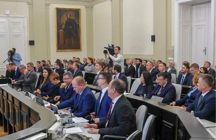 Amikor a képviselők fizetését kell emelni, akkor erős a konszenzus a debreceni közgyűlésben!