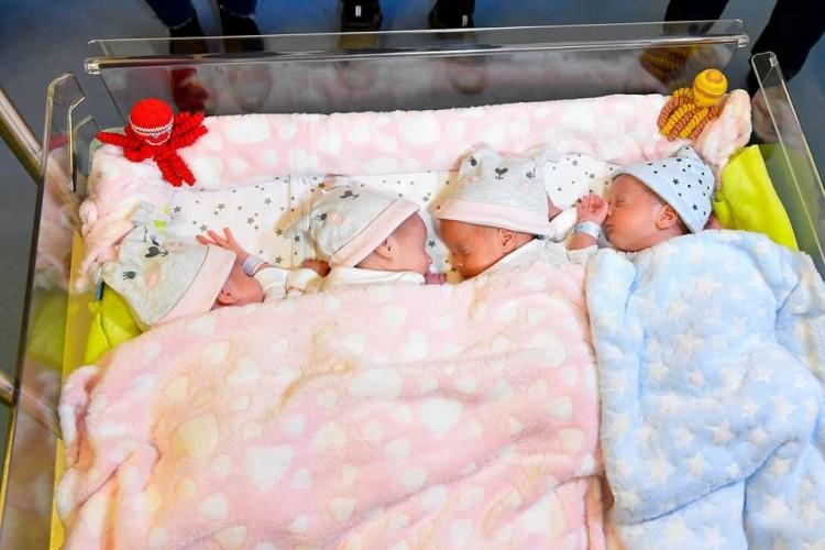 Hazatérhetnek a Debrecenben született négyes ikrek