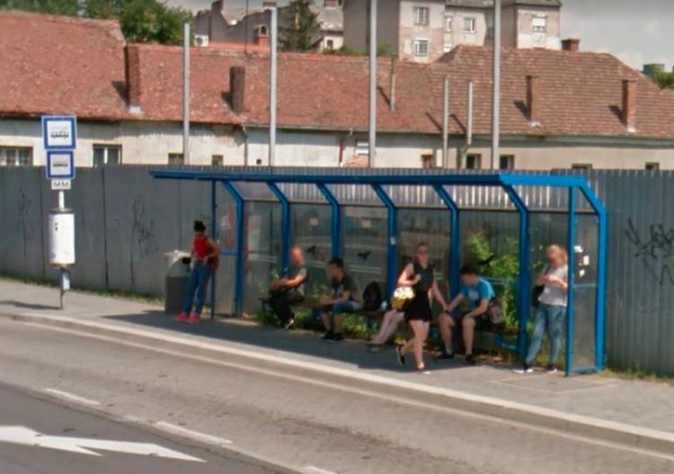 Kivizsgálta a DKV a megállóban maradt kisgyerek ügyét