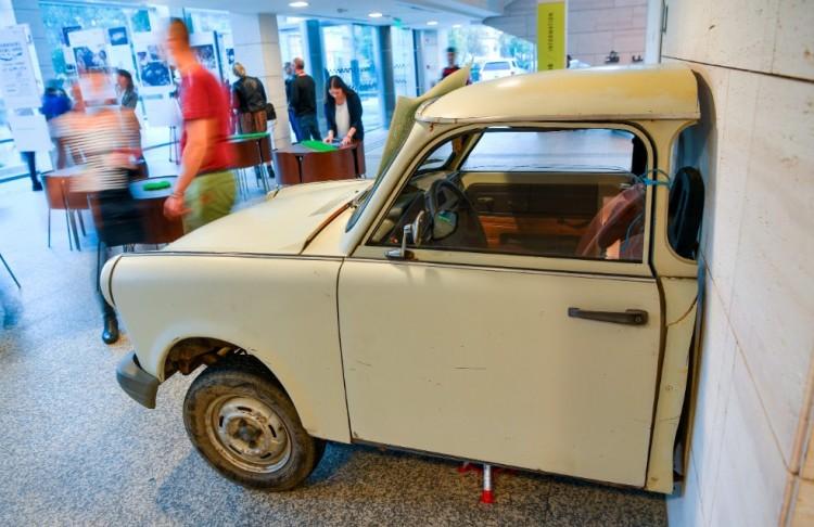 Debrecenből ütötték ki az első téglát a berlini falból