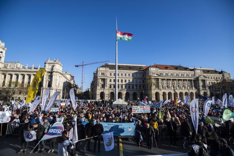 Tüntetés: 30 százalékos fizetésemelést követelnek a pedagógusok