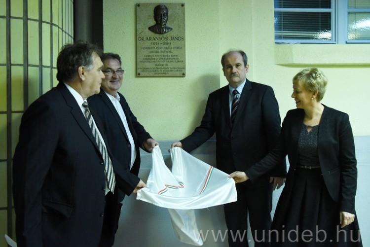 Emléktáblát avattak a debreceni aneszteziológus tiszteletére