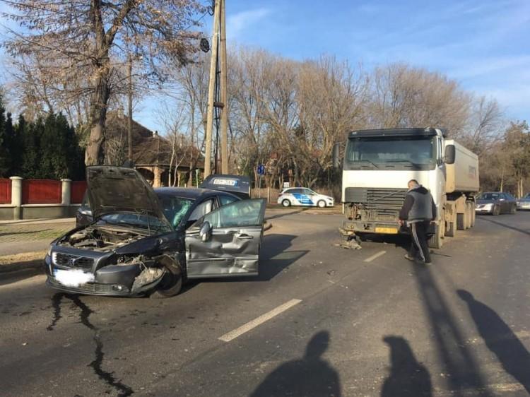 Kamion és egy autó ütközött Debrecenben