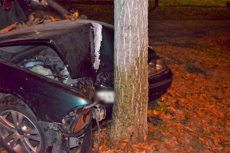 A hencidai BMW-st egyik nap rendőrök, másnap egy fa állította meg