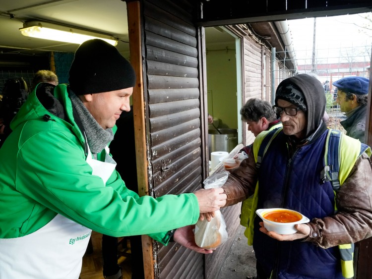 Debreceni munkásokat vendégeltek meg meleg étellel