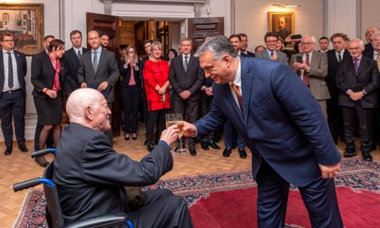 Orbán Viktor kitüntette neves támogatóját