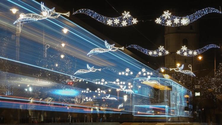 Karácsonyi dallamokat hallhat a debreceni fényvillamoson
