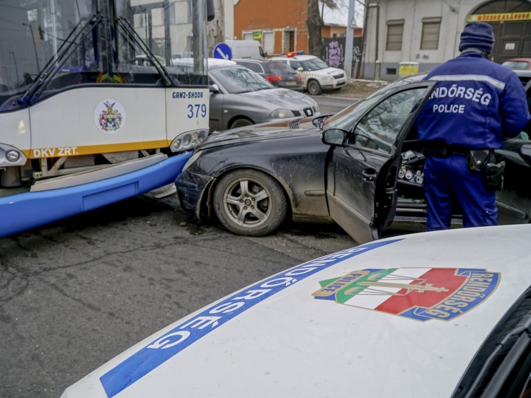 Szándékosan hajthatott trolinak egy miskolci férfi Debrecenben