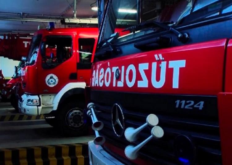 Teljes egészében lángolt egy kisteherautó a 33-ason