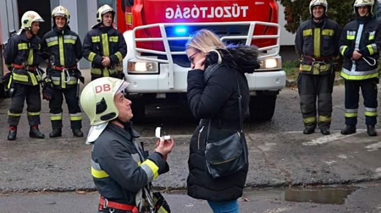 Így kéri meg szerelme kezét egy debreceni tűzoltó!