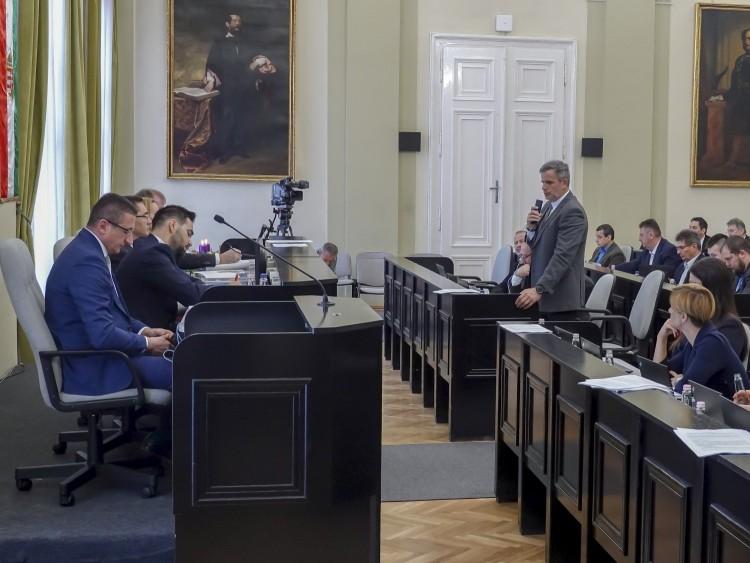 A debreceni önkormányzat nem, de egyes társaságai szerződtek a DEBKÖZ-zel