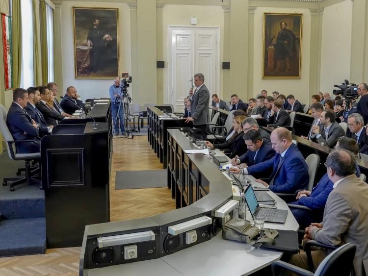 Debrecen polgármestere nem feledi ellenzéki társa csábos tekintetét