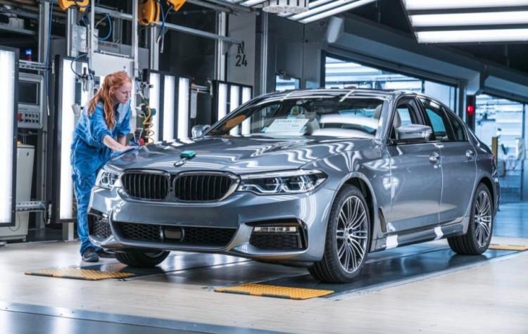 Üzent a BMW. A debreceni gyártást is érintheti