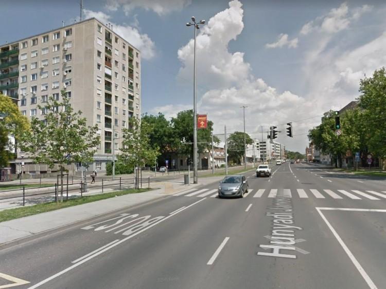 Busszal ütközött gépkocsi Debrecenben