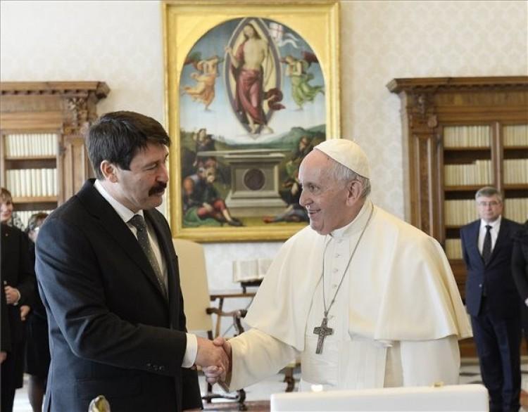 A köztársasági elnök meghívta Magyarországra Ferenc pápát