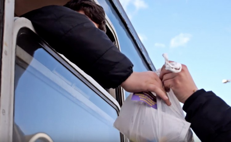 Micsoda fricska! Túlélőcsomagot kaptak a debreceni vonat utasai