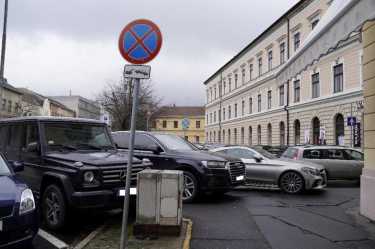 Debrecenben már a járda is a luxusautóké