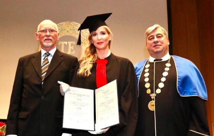 Doktorált a kormánytag. Summa cum laude!
