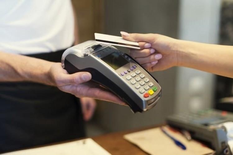 Nőhet a PIN-kód nélküli bankkártyás fizetés értékhatára
