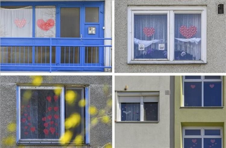 Szívecskékkel üzennek a debreceni ablakokból