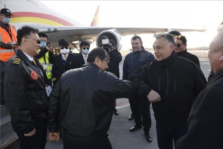 86 lélegeztetőgép és 100 ezer védőruha is érkezett Kínából