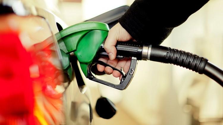 Tovább csökken a benzin ára, 10 éve nem volt ilyen olcsó