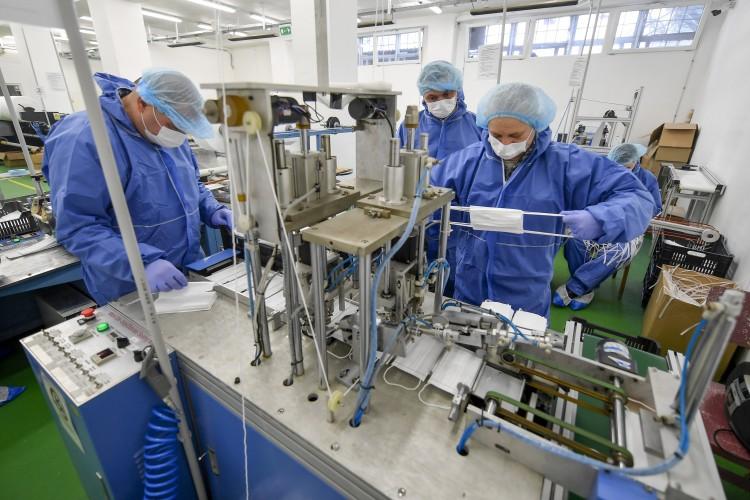 Napi 24 órában gyártják a maszkot a debreceni rabok