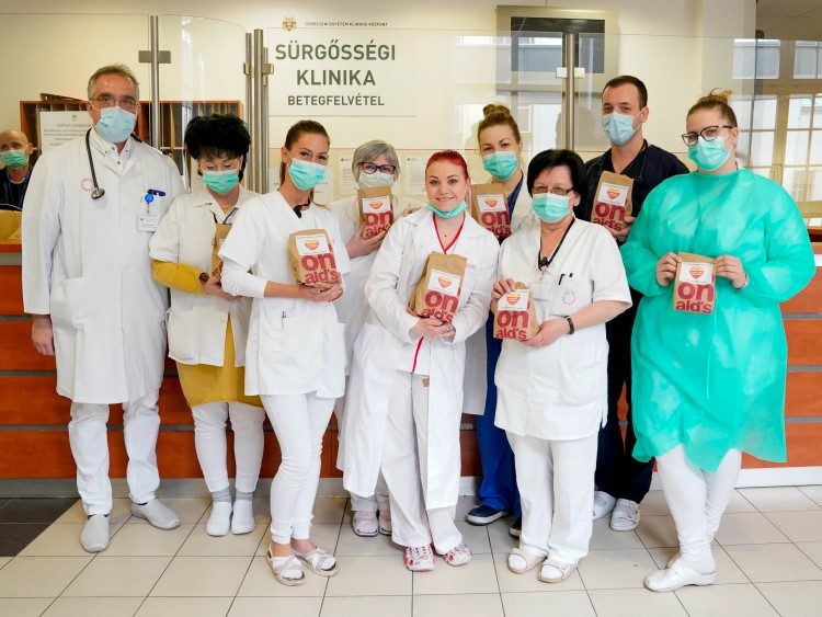 Orvosokat és ápolókat ajándékozott meg a McDonald's Debrecenben
