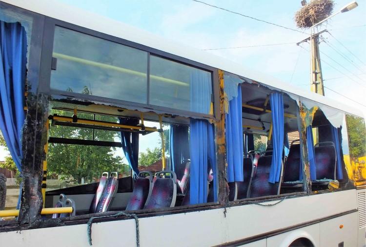 Letarolta a buszt a munkagép Létavértesen