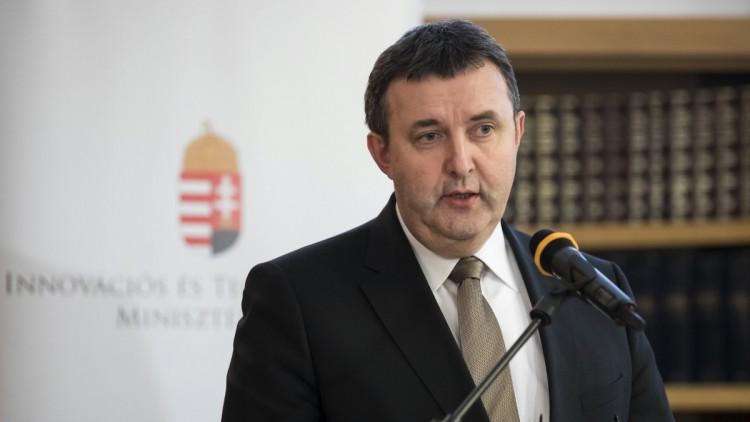 Palkovics László a korlátozások fokozatos lebontását említette