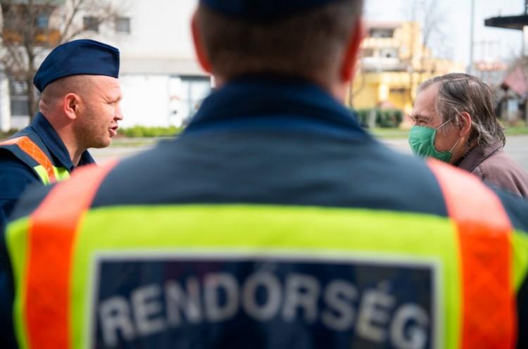 Büntet a rendőr a kijárási korlátozás megszegéséért