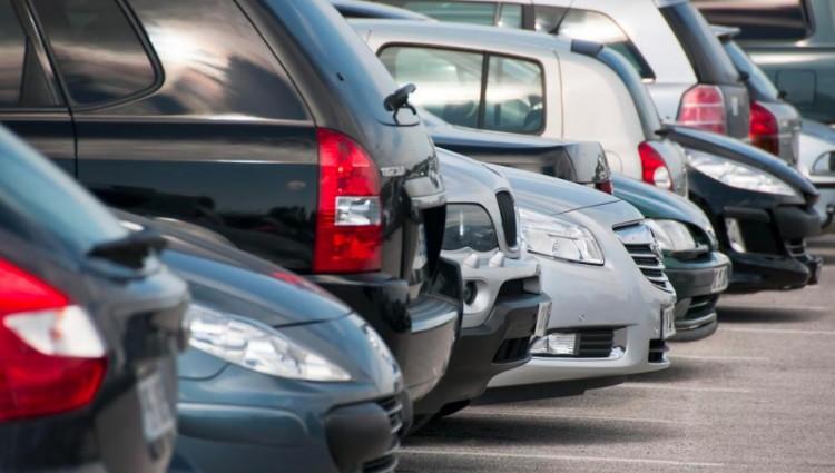 Ingyenes lesz a parkolás a közterületen! - jelentette be Orbán Viktor