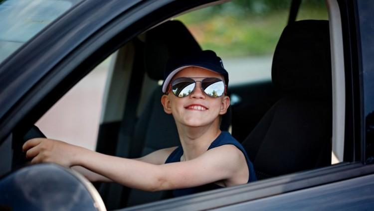 Elképesztő! Élőben közvetítette az apa, ahogy hatéves fia autót vezet