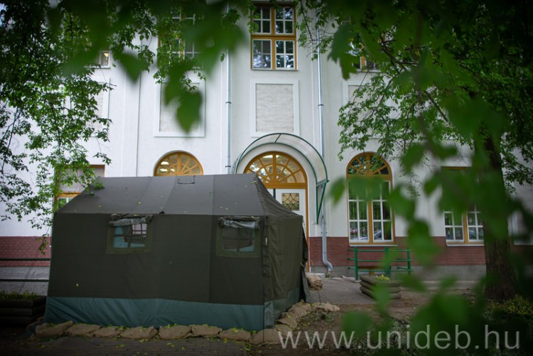 Katonai sátorban végzik az előszűrést Debrecenben