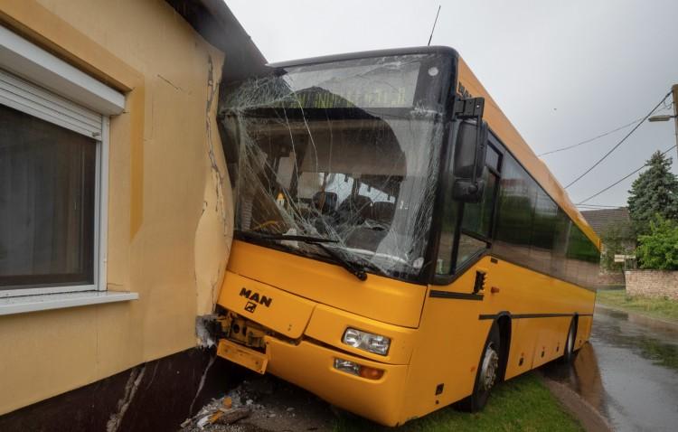 Családi házba rohant egy busz Bács-Kiskun megyében
