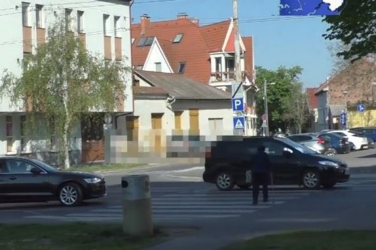 Büntették az autósokat ennél a debreceni zebránál – videó