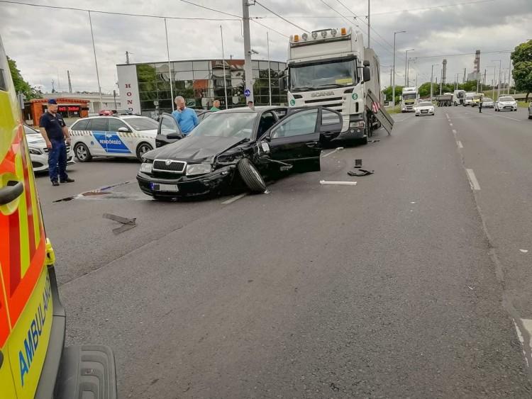 Betonelemeket szállító kamion ütközött Debrecenben
