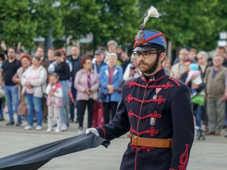 Debrecenben felvonták a gyászlobogót