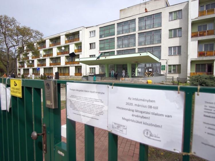 Kétszázezer forintot adna a DK a debreceni szociális dolgozóknak