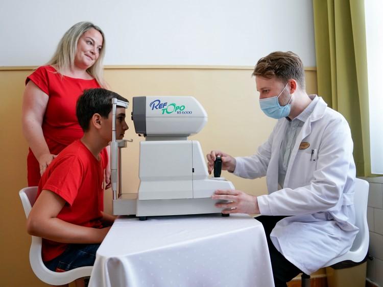Speciális műszerrel vizsgálják a diákok szemét Debrecenben