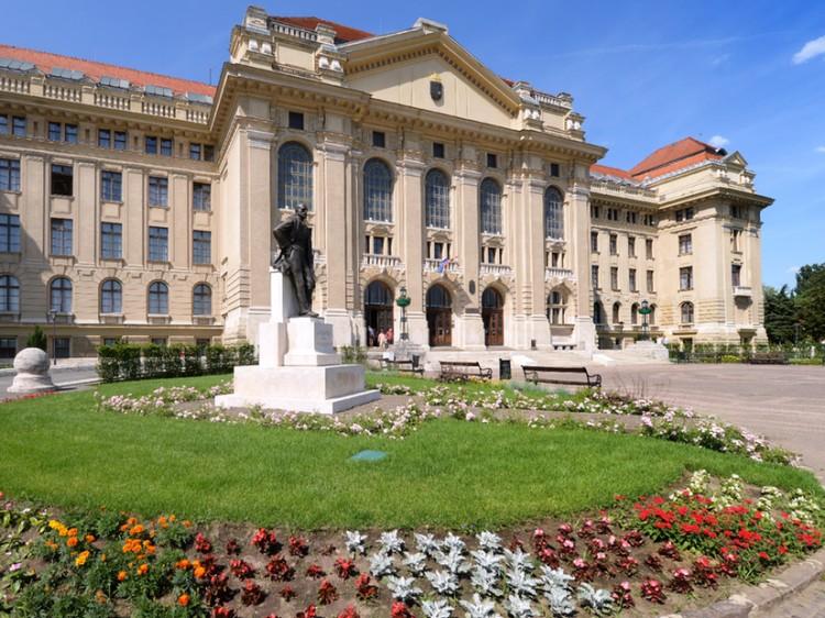 A stadionban rendezné a tanévzárót a Debreceni Egyetem